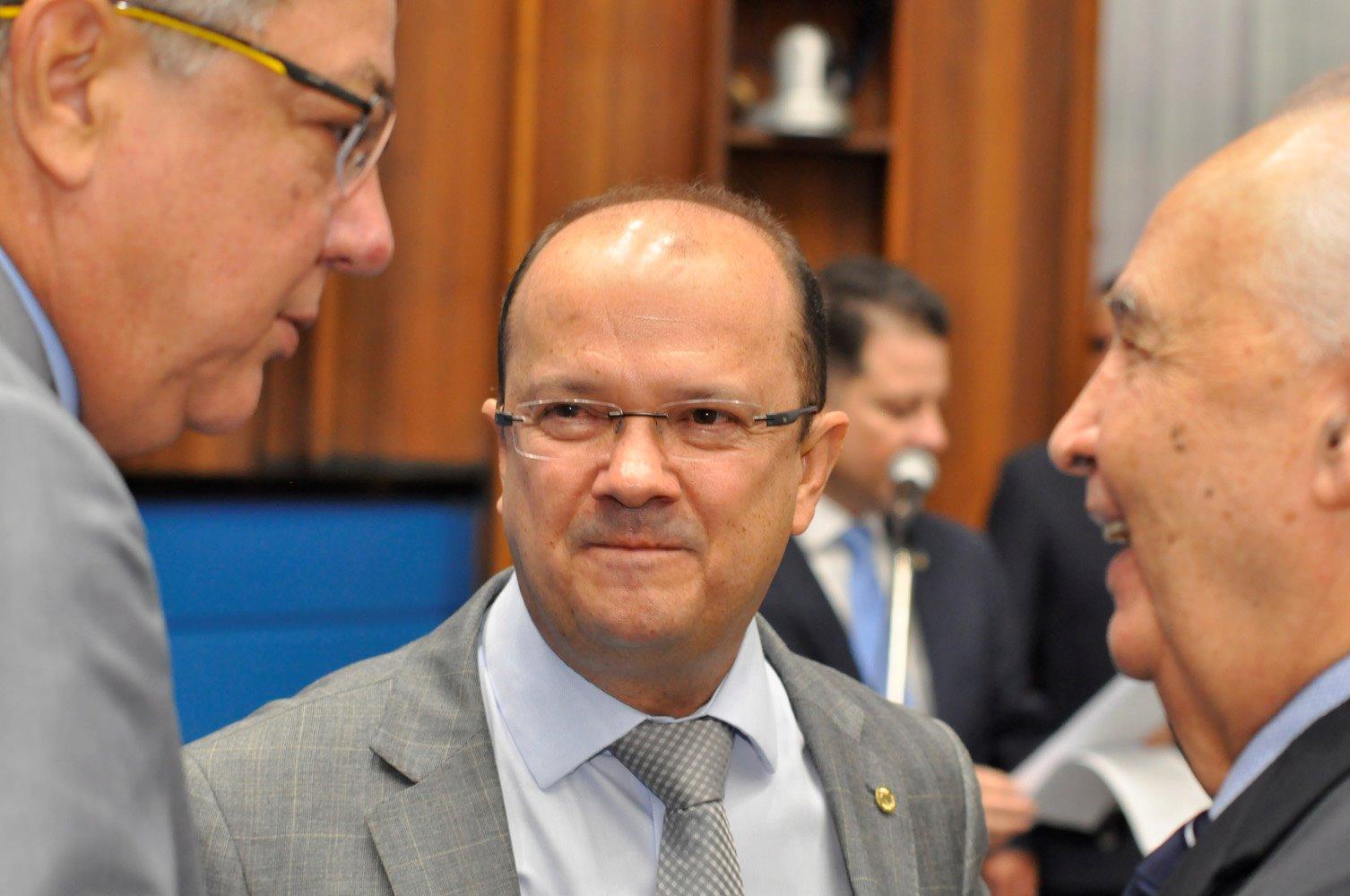 Com aposentadoria de R$ 30 mil e mais salário de deputado, Londres Machado ri durante sessão que aprovou redução de salários dos professores (Foto: Luciana Nassar/ALMS)